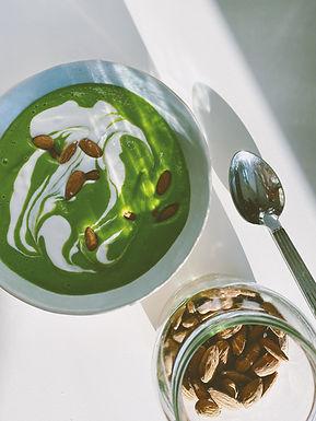 Kold ærtesuppe med broccoli og mandler
