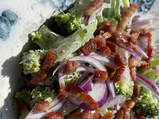 Broccolisalat med bacon og skyr/mayo-dressning