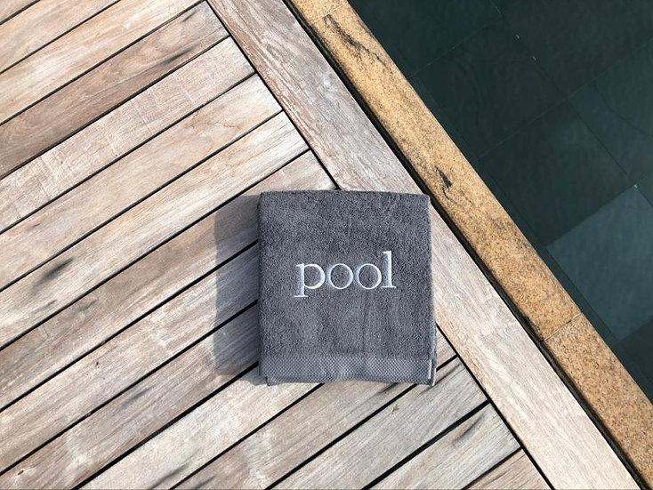 POOL - Serviette de bain - gris foncé/broderie blanc