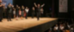 homme sur scène devant l'orchestre