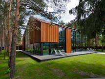 Namas tarp pušų. Architektūra.