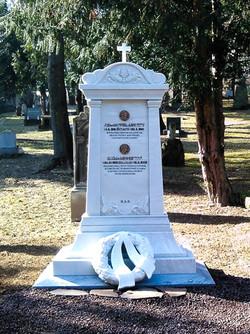 Rodinný mramorový pomník.