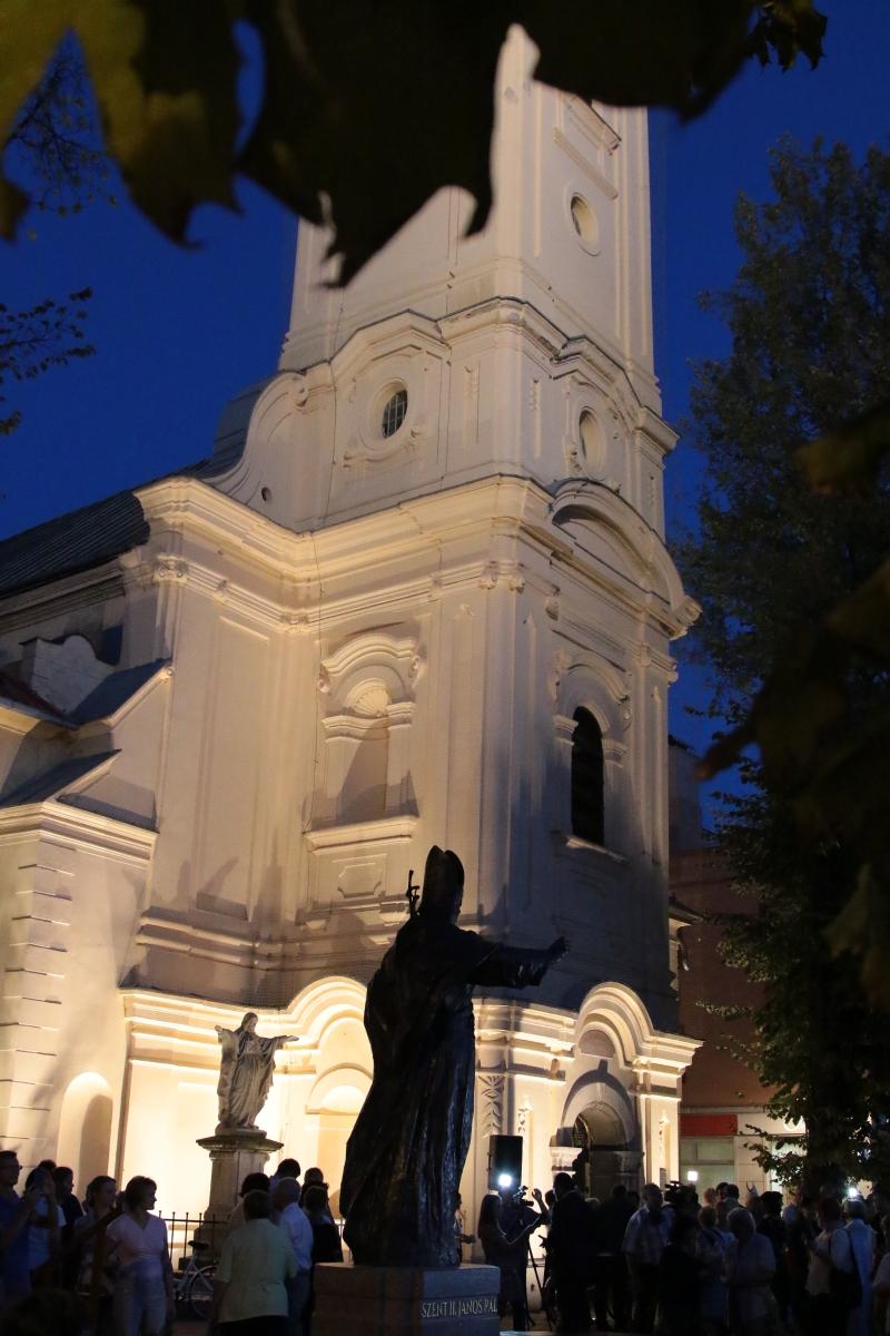 Nové Zámky, Hlavné námestie socha JPII