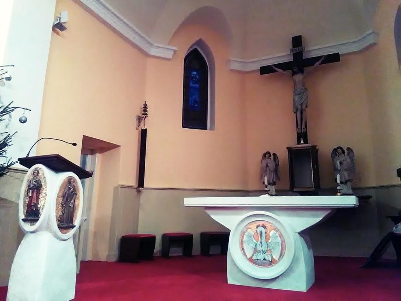 Andovce, oltár a kazateľnica