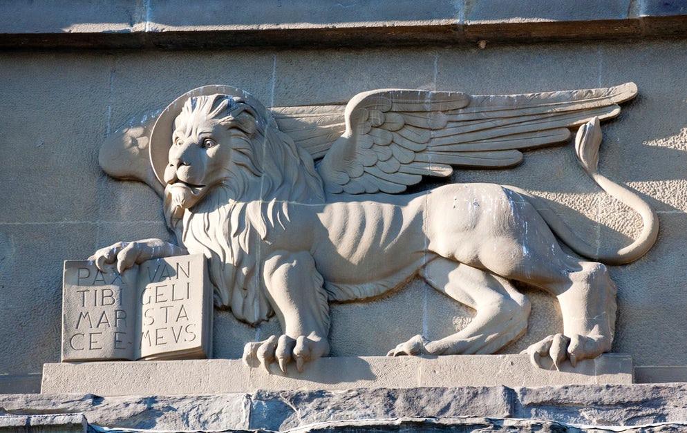 Il leone di San Marco scolpito sulla Porta San Giacomo, simbolo del dominio veneziano sulla città di Bergamo.