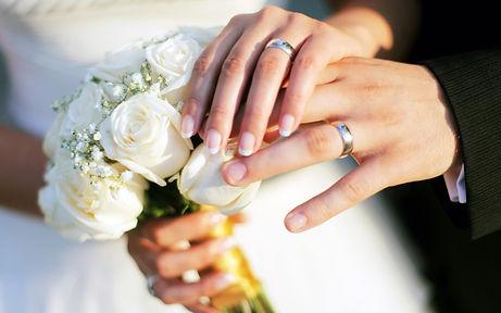 Wedding-holding-hands-3840x2400.jpg