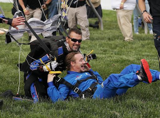 Diplo, 낙하산을 타고 경마장에 착륙해 디제잉을 했다