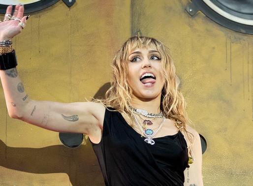 Miley Cyrus 가 신보에 걸맞는 '엄빠주의' 머천을 공개했다