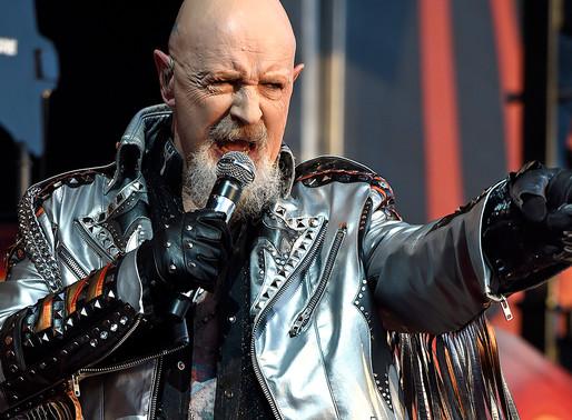 Judas Priest 의 보컬 Rob Halford, 공연 중 발차기로 팬의 휴대폰을 날려버리다