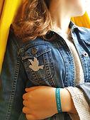 Bracelet-ruban et broche pailletée