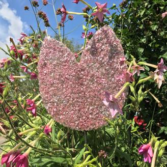 Roze object van stukjes glas