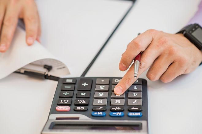 close-up-businessman-calculating-invoice