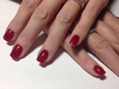 Manos con uñas pintadas | Manicura | MENTA beauty place | Peluquería Madrid