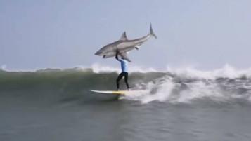 KFC parodia acidente de surfista para lançar produto