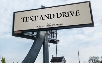 Funerária pede para motoristas dirigirem e digitarem ao mesmo tempo