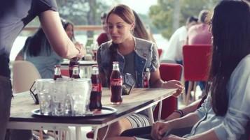 Coca-Cola transforma garrafas com mágica em novo comercial