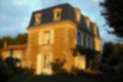 Vue du parc et de la façade. Toiture Mansart, oeil de beuf, jardin paysagé