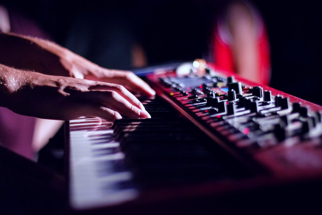keyboard_musician_electronic_keyboard_in
