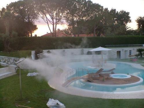Охлаждение туманом у бассейна