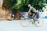 montando una bici