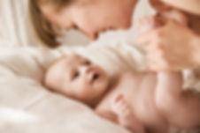Moeder lachend met pasgeboren baby