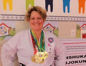 Karateca usa o esporte como 'arma' para vencer o câncer e ganha títulos