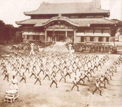 Prática de Karate no pátio do Castelo de Shuri em 1937.