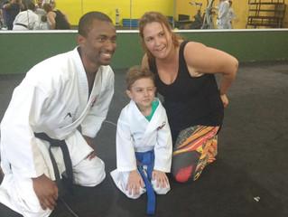 Aos sete anos e com doença rara, karateca mirim dá lição de vida