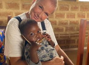 Xuxa e Sacha Meneghel faz turismo de fé e ajuda humanitária na África