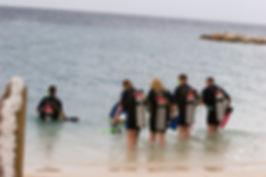 Mergulhadores entrando no mar