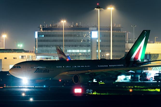 Alitalioa A330 crossing runway 07
