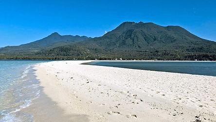 Paysage volcanique de l'île de Camiguin s'élève au-dessus plage de sable blanc
