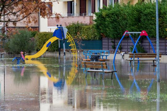 Un parco giochi sommerso dall'acqua