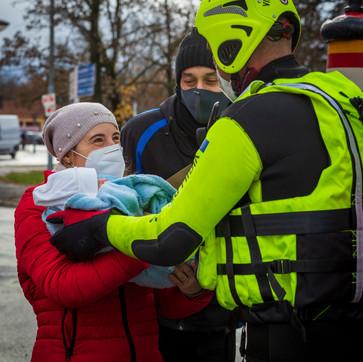 La gratitudine di una madre nei confronti dei soccoritori per aver messo in salvo l'intera famiglia e il piccolo neonato