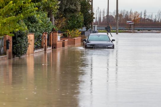 Auto e strade completamente invase dall'acqua