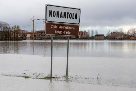 """""""Benvenuti"""" nel Comune di Nonantola, Città dell'Abbazia e borgo d'arte. Nel 2020 a causa dell'esondazione del Fiume Panaro questo comune del modenese si presentava cosi, completamente allagato."""
