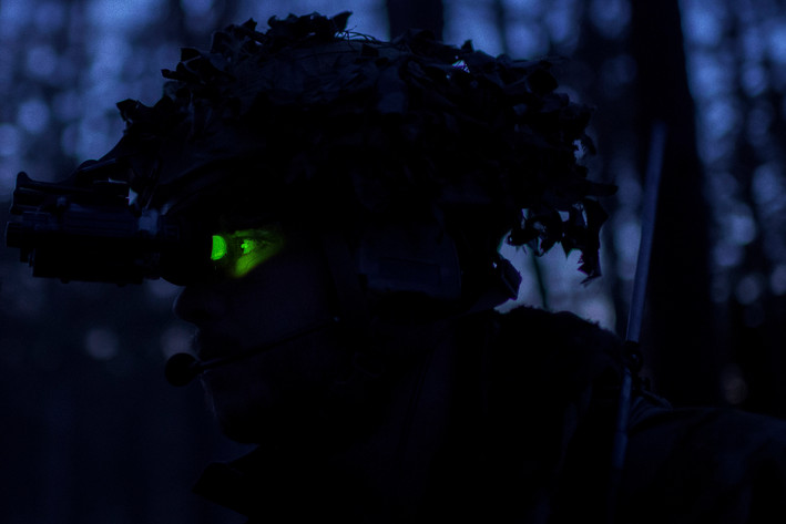 Through its mono goggle, equipped with night vision, thermal vision and infrared vision, Corporal Jonas tries to spot potential enemies at dusk.