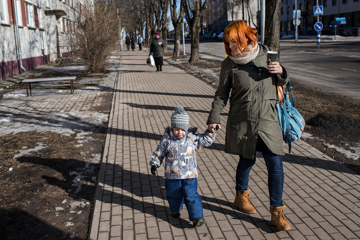 """Xenia Solodski (29 years old) and her son Tigran (3 years). Xenia Solodski is Russian-Estonian and does not like talking about Russia when she is at family celebrations. """"what's happening in Russia is not good . Something is not all right now, """"she says."""" And it's hard because I feel Russian because of my native language. My whole family is pro-Putin. I can really understand them, because Putin is security, he is stability. But I'm afraid what he can mean for our future here. """""""" Honestly, """"she says,"""" I'm afraid. The Estonians are also afraid. We as a country are in a very difficult situation, especially if it escalates. It is very difficult. I have nothing against Estonians and I understand why we are different. As a Russian, you can feel the pressure to speak pro-Russian all the time, but I live in Estonia, and I understand Estonia's right to and need to be independent. """""""" I really do not want what happened in Donbass , happens here."""