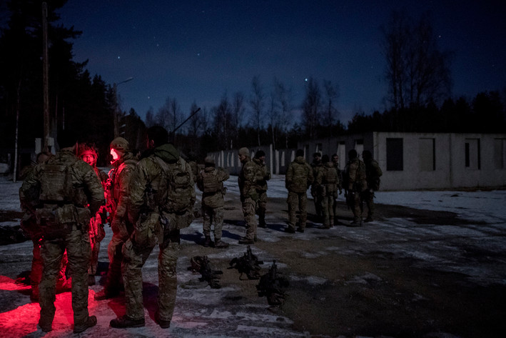 Corporal Arne (r with red light) Corporal Mathias (middle with red light) and Corporal Holm are reviewing a completed exercise and collecting comments for a joint review with the other groups from the First Armored Infantry Company, which has also participated in the exercise.