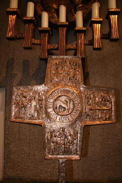 Kreuz auf dem Altar