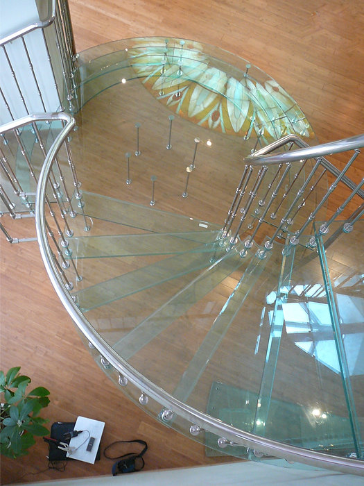 Стеклянная лестница с ограждением из нержавеющей стали