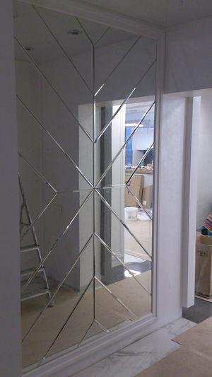 Зеркальное панно в коридоре жилой квартиры