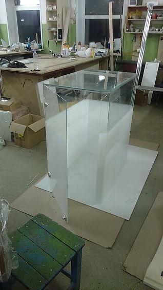 Стеклянная витрина, изготовлена методом УФ склейки