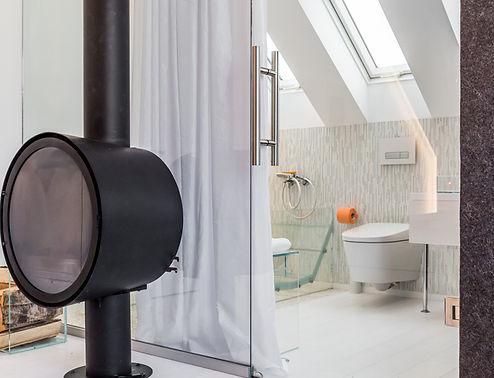 Дизайн ванной комнаты с использованием стеклнной мебели и стеклянной перегородки