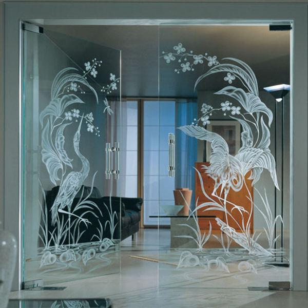 Распашные стеклянные двери с пескоструйным рисунком