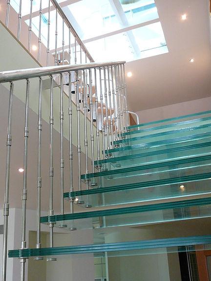 Стеклянная лестница (триплекс) с перилами из нержавеющей стали.