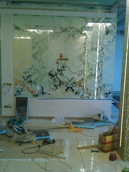 Зеркало с пекоструйной обработкой  установлено компанией Металгласс в одной из квартир Нижнего Новгрода