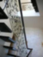 Стеклянное ограждение лестницы с декоративным орнаментом