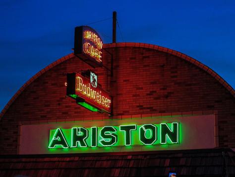Die Neonreklame des Ariston Cafe an der Route 66 leuchtet wieder