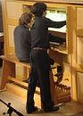 Léonard Ganvert assistant de l'organiste Régis Allard au Festival des Heures d'orgue de Chamonix.